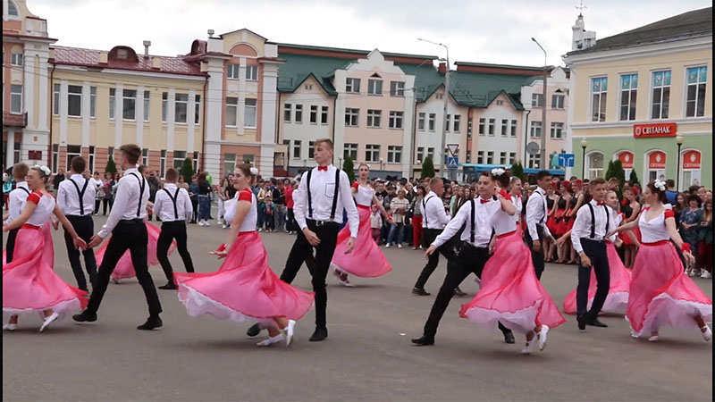 Конкурс вальса в Рогачёве.  Выпускникам СШ № 2 победить помогли «Любовь и голуби» (фото, видео)